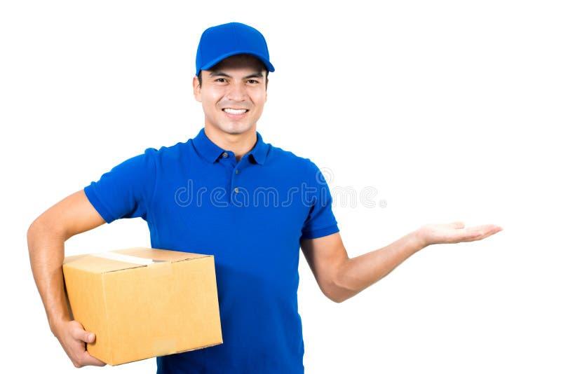Работник доставляющее покупки на дом показывая пустую открытую руку ладони стоковые фото
