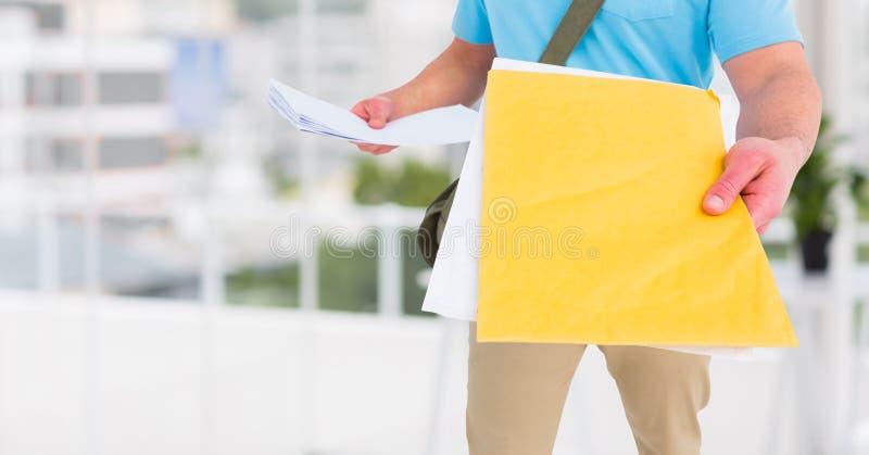 Работник доставляющий покупки на дом держа курьеров стоковые изображения rf