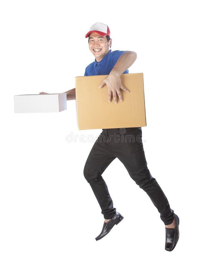 Работник доставляющий покупки на дом держа сторону коробки коробки зубастую усмехаясь с обслуживанием стоковые фото