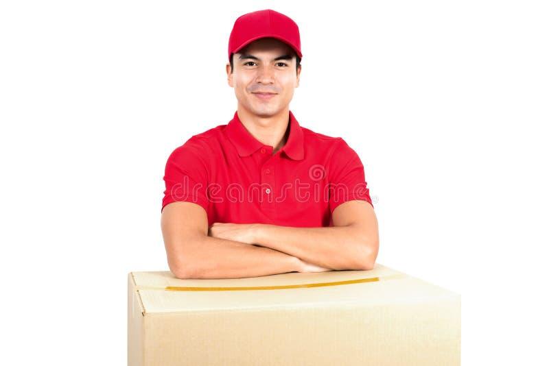 Работник доставляющий покупки на дом при рука пересеченная над коробками стоковое изображение