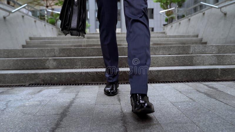 Работник офиса выходя деловый центр идя вниз с интервью лестниц неудачного стоковые фото