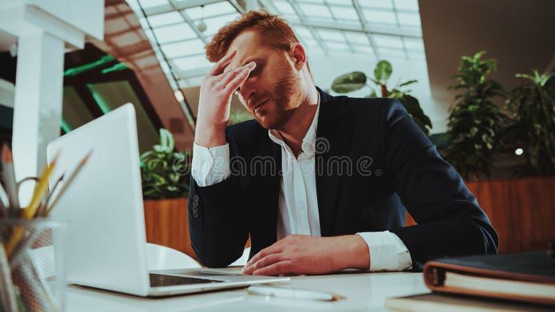Работник офиса в костюме утомлянном от тяжелой работы стоковое изображение rf