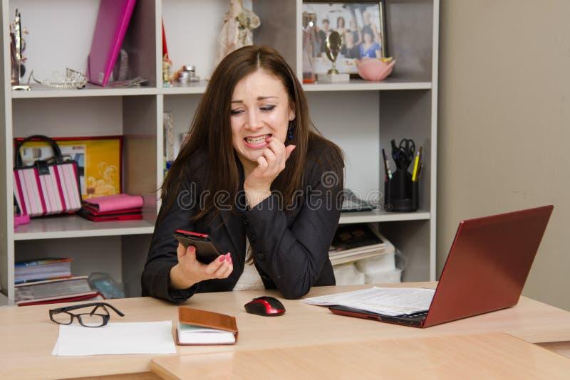 Работник офиса в ужасе смотря телефон стоковое изображение rf