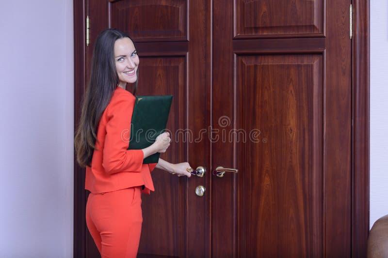 Работник офиса идя работать с папкой документов стоковая фотография rf