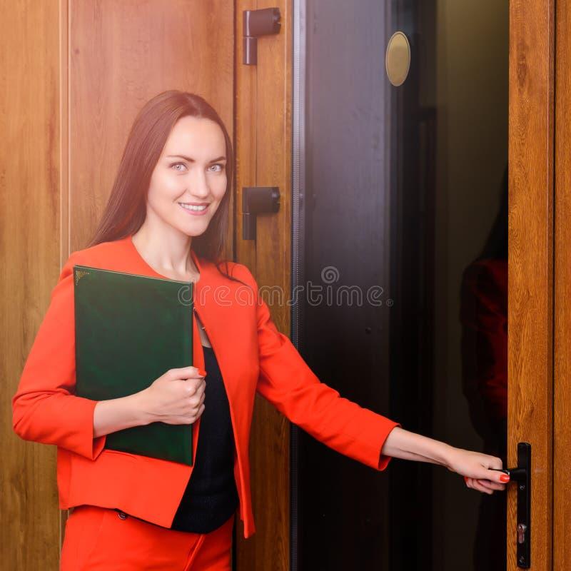 Работник офиса идя работать с папкой документов стоковое изображение rf