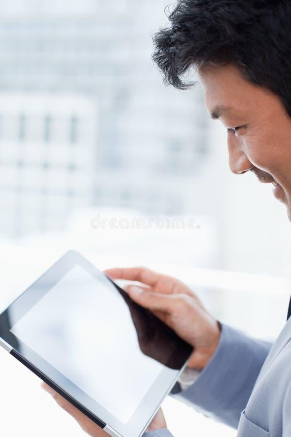 Работник офиса используя компьютер таблетки стоковые фото