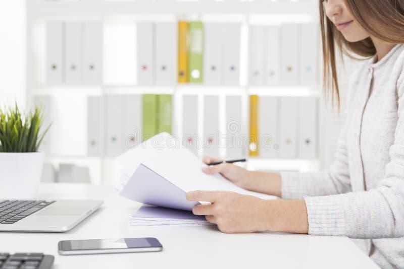 Работник офиса работая с документами стоковые изображения