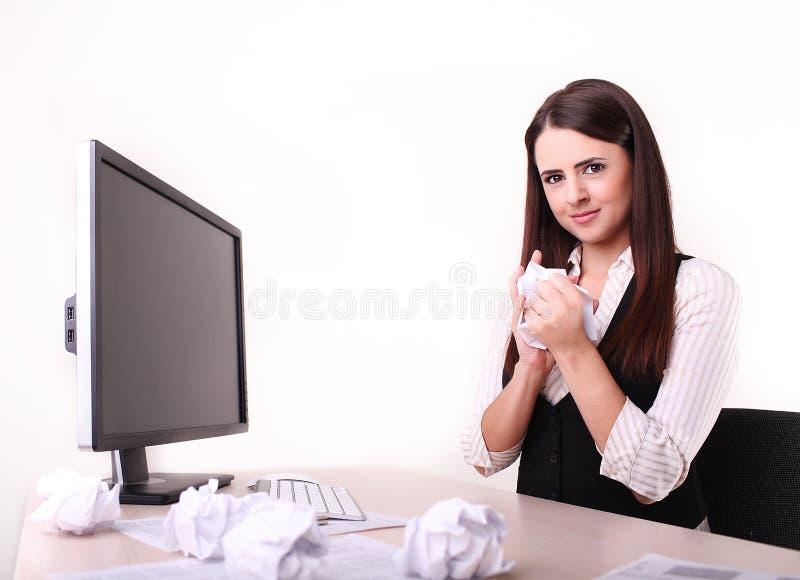Работник офиса с привинченным вверх бумажным шариком на ее столе не смотря стоковые фотографии rf