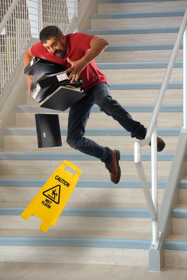 Работник падая на лестницы стоковые фото