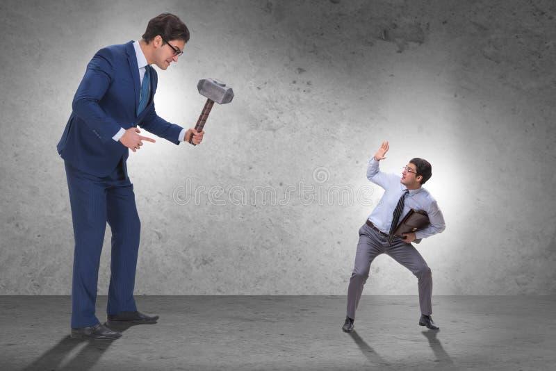 Работник плохого сердитого босса угрожая с молотком стоковые изображения rf