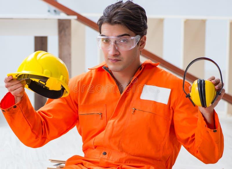 Работник показывая importnace нося шума отменяя headph стоковое изображение