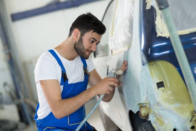 Работник подготавливает часть тела для краски стоковое фото rf