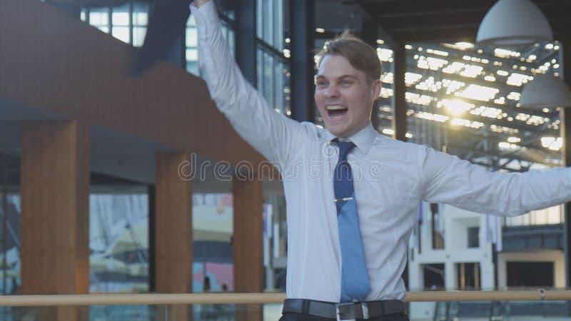 Работник празднуя успех стоковые фото