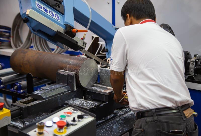 Работник приводится в действие горизонтальную диапазона пилить машину стоковая фотография rf