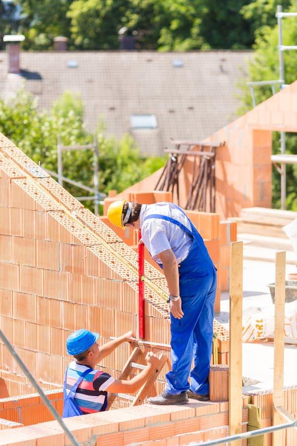 Download Работник проверяя стены на строительной площадке Стоковое Фото - изображение насчитывающей профессия, европейско: 41662922
