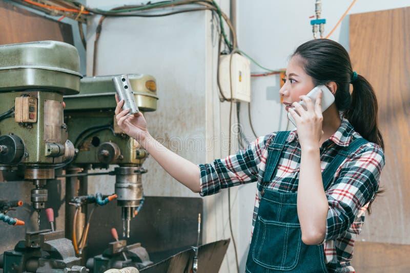 Работник профессиональной женщины смотря компоненты стоковое фото