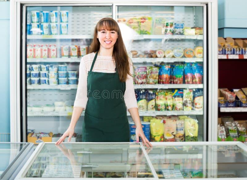 Работник продовольственного магазина на рабочем месте стоковые изображения