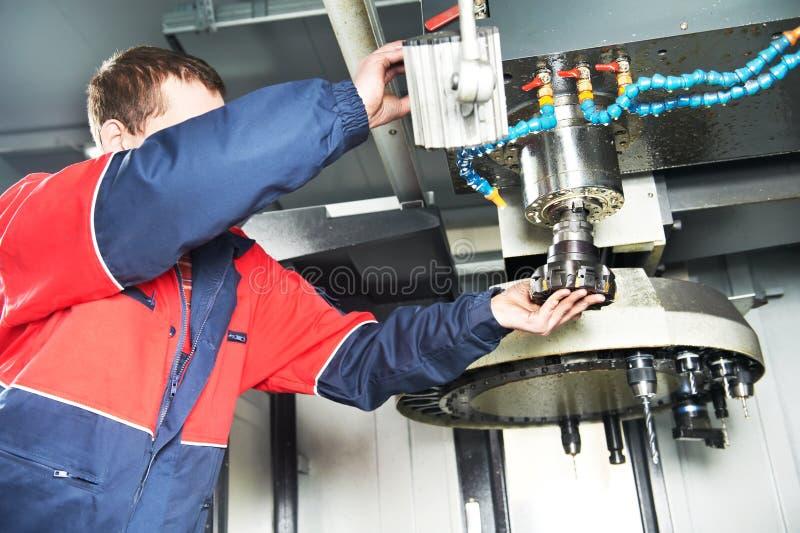работник разбивочной машины cnc работая стоковое фото rf