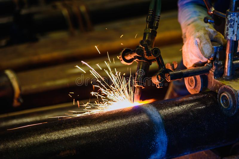 Работник режа стальную трубу с газовым резаком a заварки диссугаза стоковое фото rf
