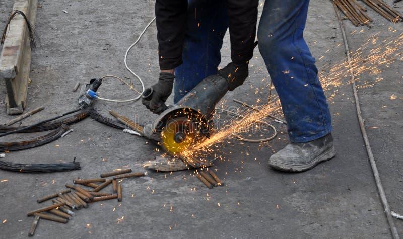 Работник режет armature металла стоковое фото
