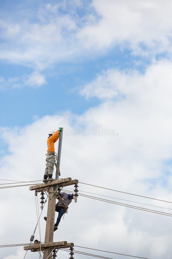 Работник ремонтника судьи на линии электрика стоковое изображение rf