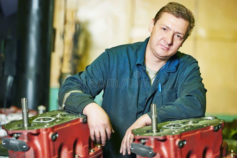 Работник сборщика на мастерской инструмента стоковая фотография