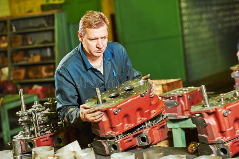 Работник сборщика на мастерской инструмента стоковое изображение