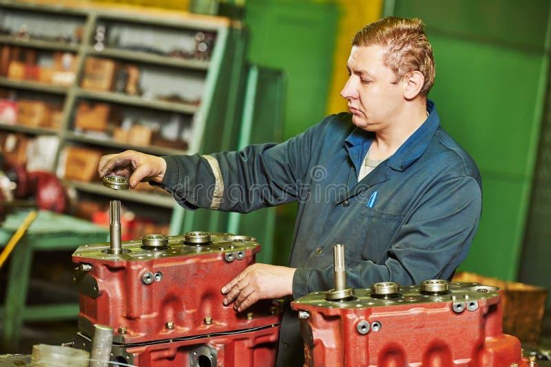 Работник сборщика на мастерской инструмента стоковая фотография rf