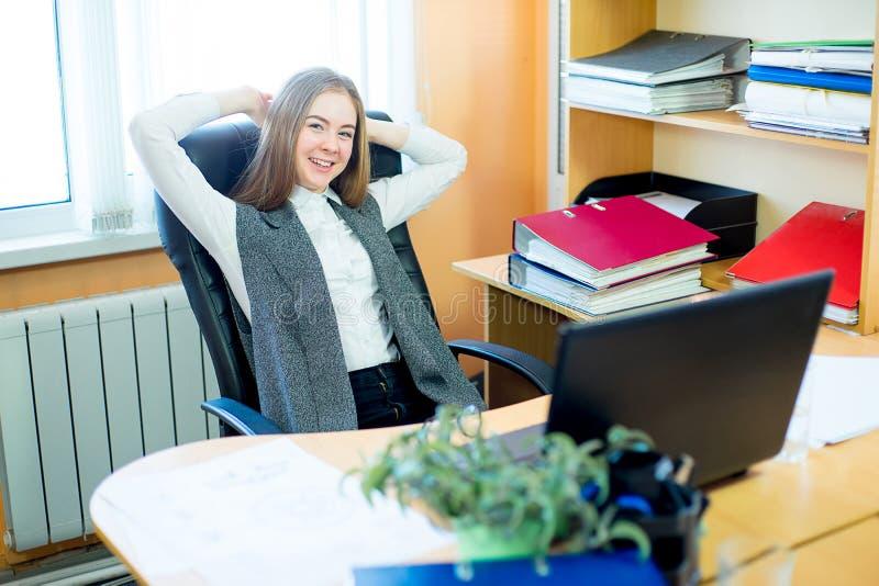 Работник сидя перед компьтер-книжкой стоковое фото rf