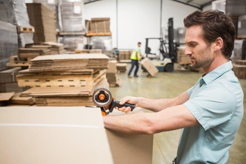 Работник склада подготавливая пересылку стоковые фотографии rf