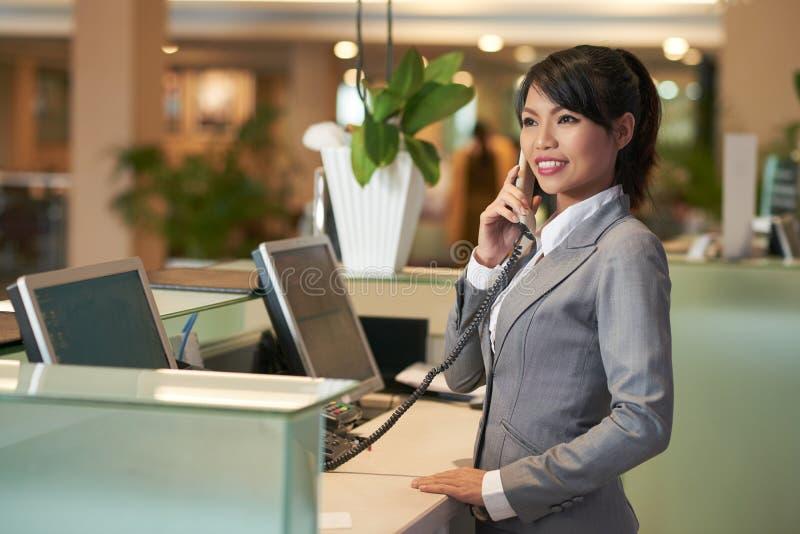 Работник службы рисепшн гостиницы стоковые изображения