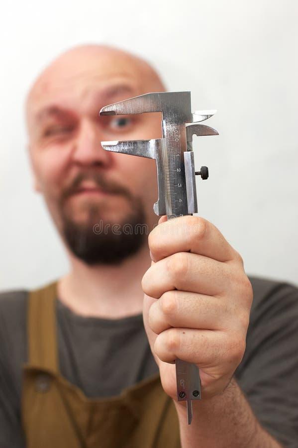 работник смешной длины измеряя стоковая фотография rf
