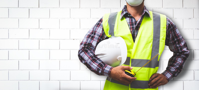 Работник строит кирпичную стену стоковая фотография rf