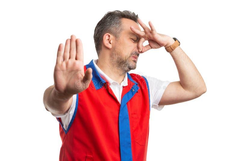 Работник супермаркета делая большой жест запаха стоковое изображение rf