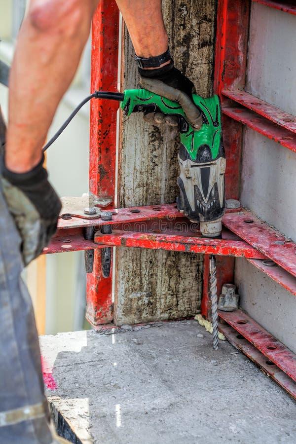 Download Работник с сверлом стоковое фото. изображение насчитывающей персона - 33733172