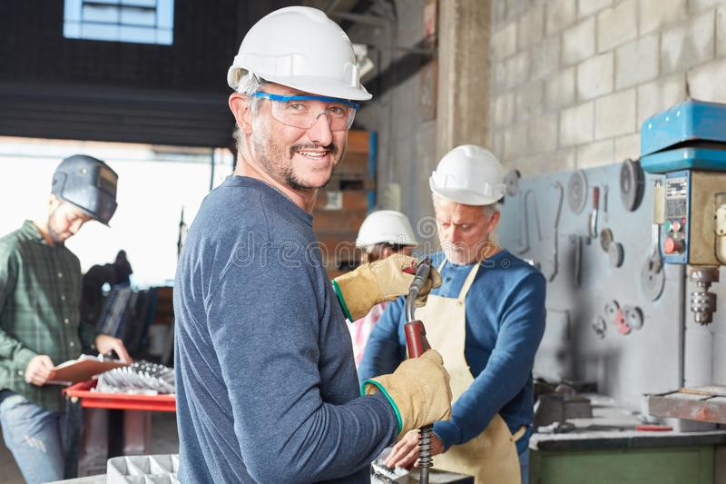 Работник с шлемом и безопасностью гуглит стоковое фото rf