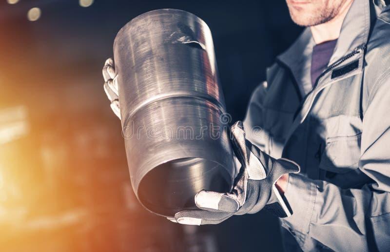 Работник с элементом металла стоковая фотография rf