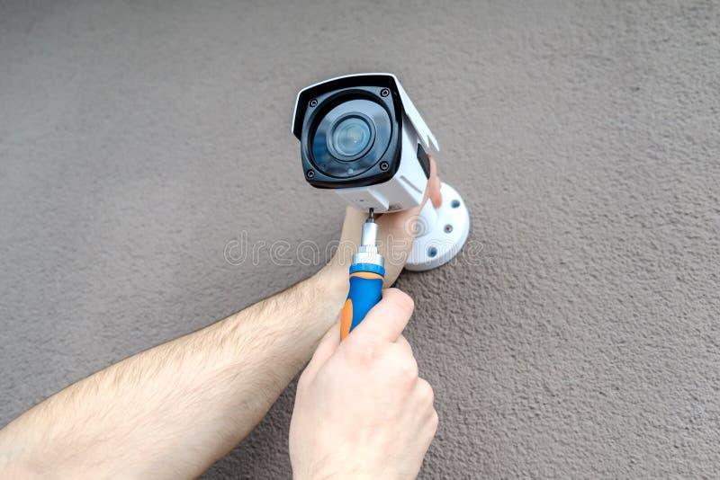 Работник техника устанавливая видео- камеру CCTV стоковая фотография