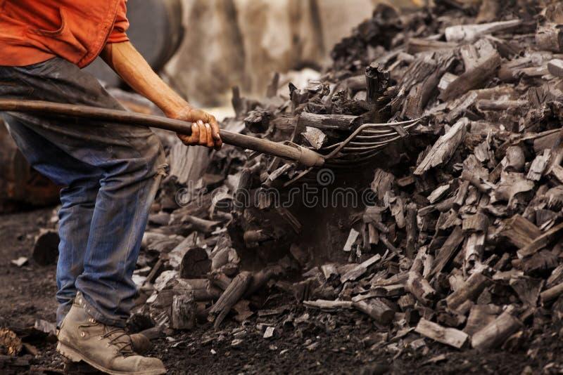 Работник угля работая с лопаткоулавливателем стоковая фотография rf