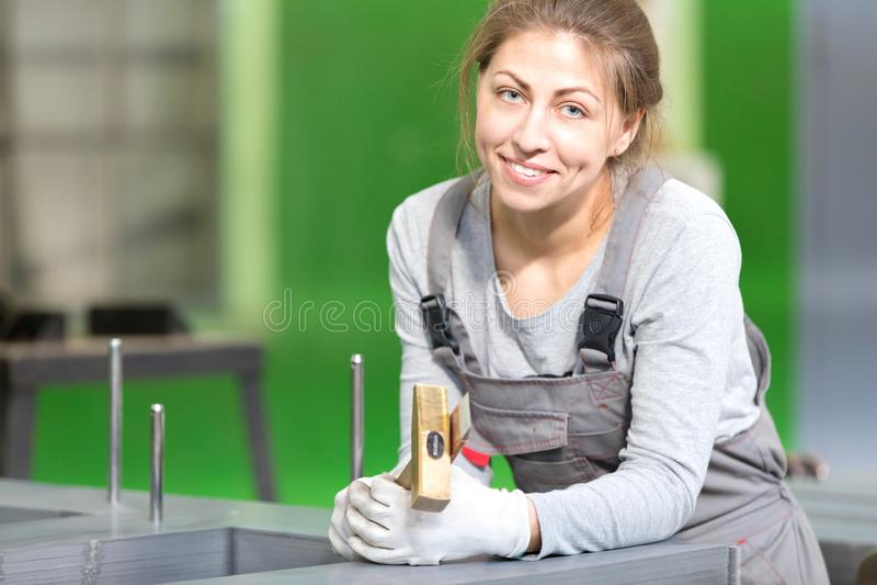 Работник фабрики женский во время ядра трансформатора магнитного собирая стоковая фотография