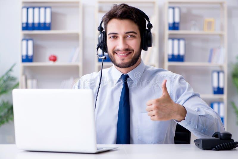 Работник центра телефонного обслуживания работая в офисе стоковое фото rf