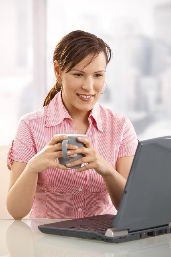 работник чая офиса стола выпивая стоковые изображения