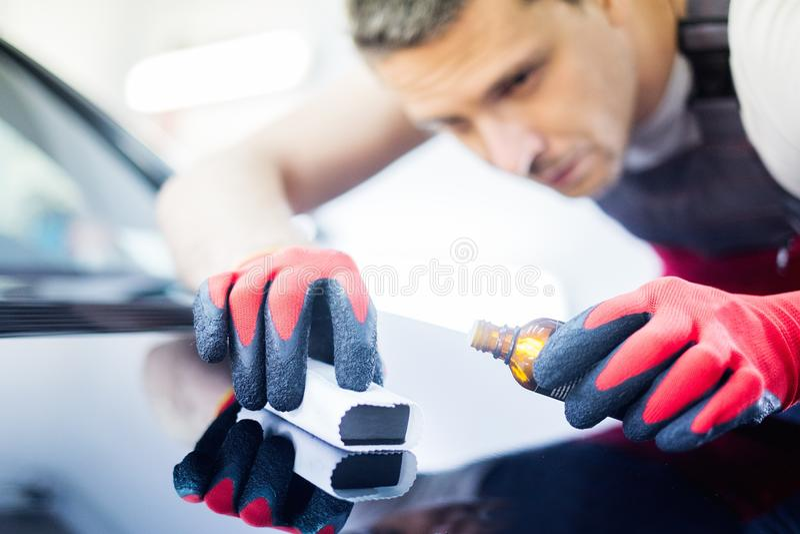 Работник человека на мойке стоковое фото