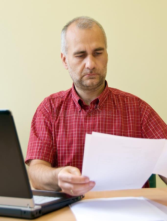работник чтения офиса стоковые фотографии rf