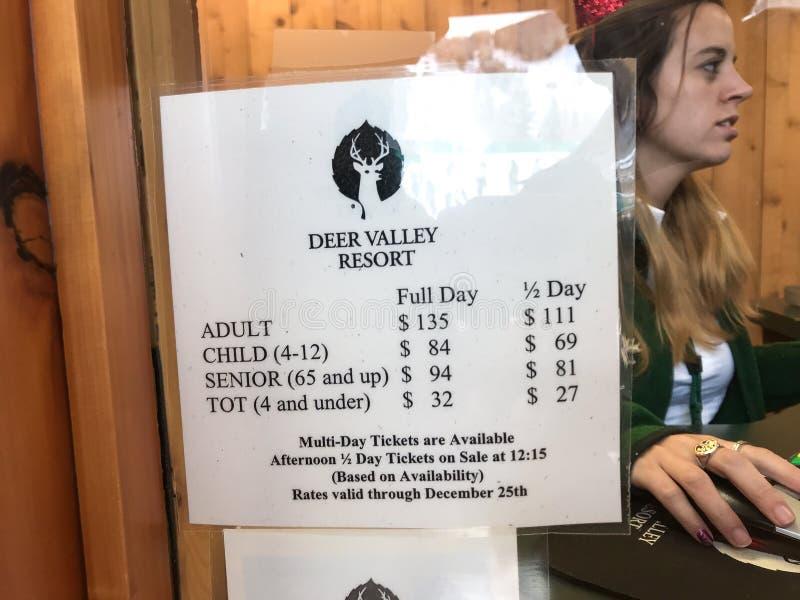 Работник Deer Valley и список цен на товары билета подъема стоковое фото rf
