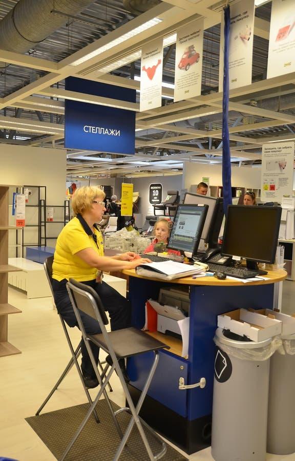 Работник IKEA стоковые фото