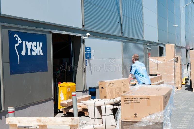 Работник Jysk работая на складе стоковые изображения