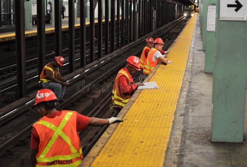Работник MTA метро Нью-Йорка на следах поезда для реновации ремонта стоковое изображение