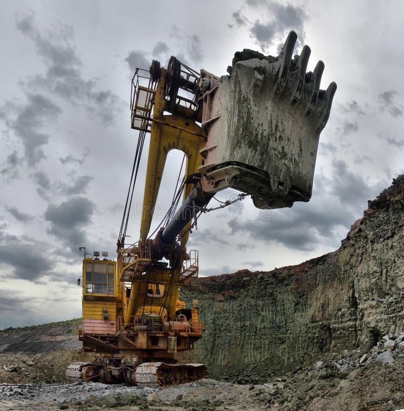 Работы или руда экскаватора на открытой разработке стоковое фото rf