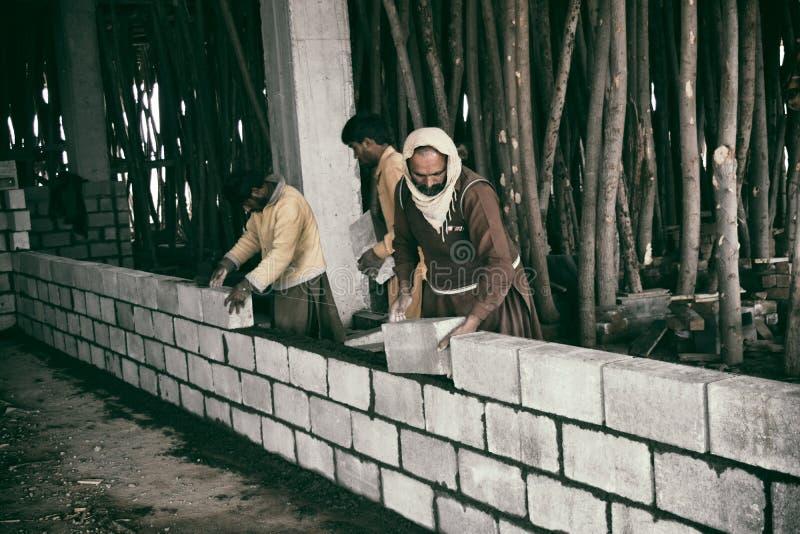 Работы работая дальше под зданием конструкции стоковая фотография